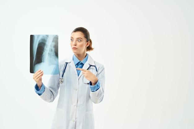 Radiologo della donna dall'emozione dei raggi x dell'esame