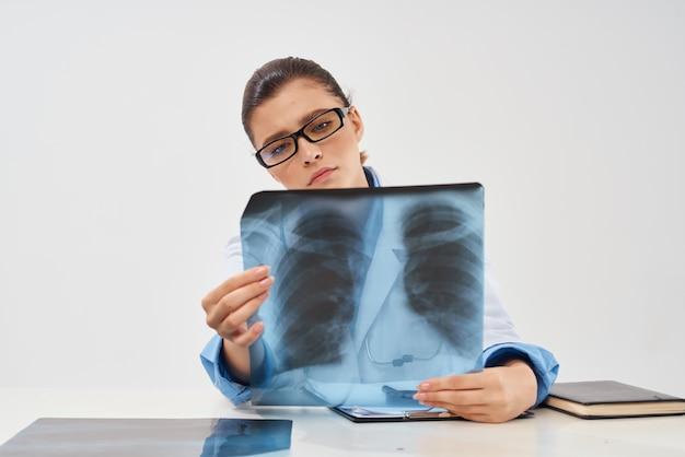 Salute dell'esame polmonare colpo solitario radiologo donna woman