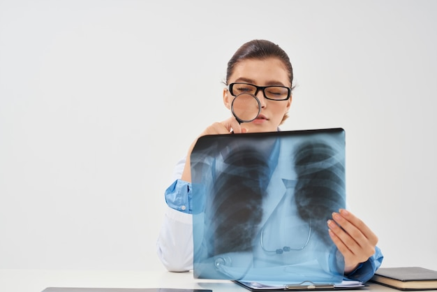 Diagnostica di ricerca dell'ospedale della medicina del radiologo della donna. foto di alta qualità