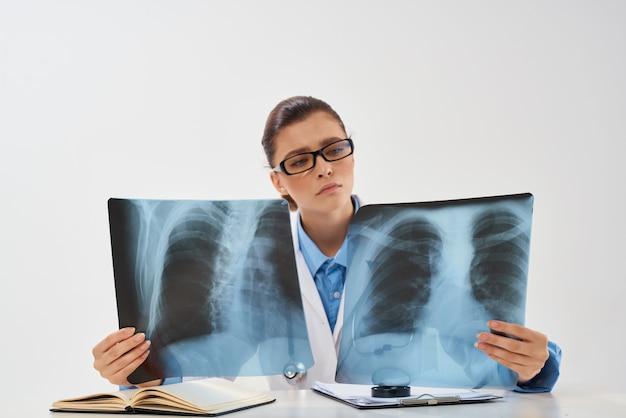 Diagnostica di ricerca ospedaliera medicina radiologo donna