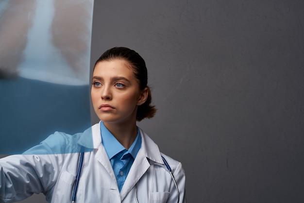 Radiologa donna con ricerca diagnostica a raggi x ai professionisti