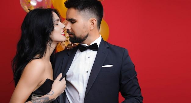 Donna che raggiunge l'uomo per un bacio