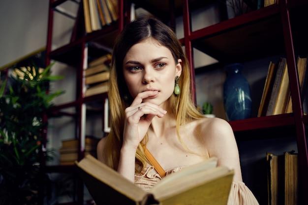 Donna che legge un libro in una visualizzazione di educazione vacanza ristorante.