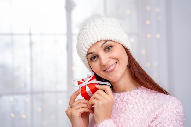 La donna riceve un regalo di natale