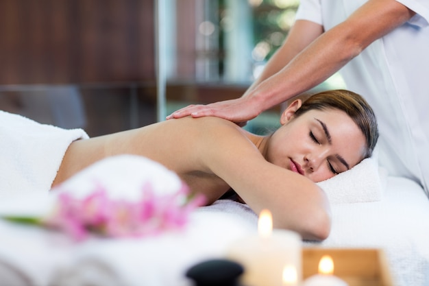 Donna che riceve un massaggio alla schiena