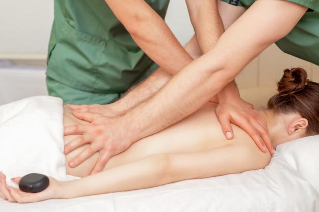 Donna che riceve il massaggio in quattro mani.