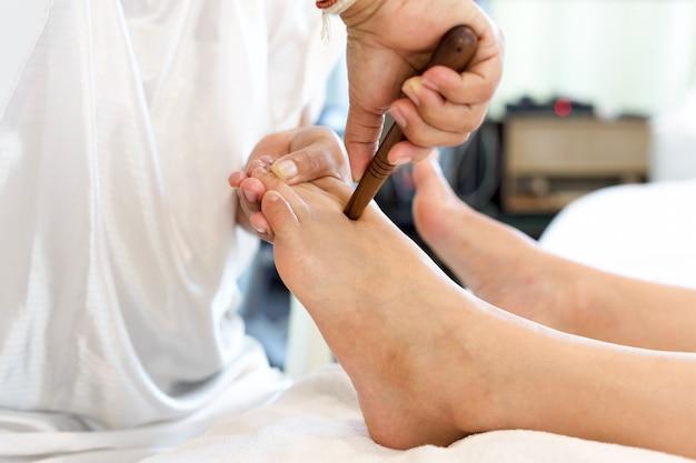 Donna che riceve un massaggio plantare di riflessologia plantare