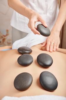Donna che riceve il massaggio con pietre calde