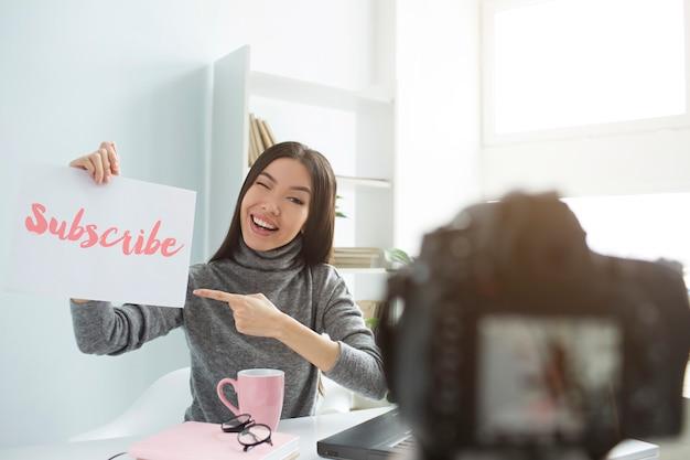 Donna che registra video sulla sua macchina fotografica