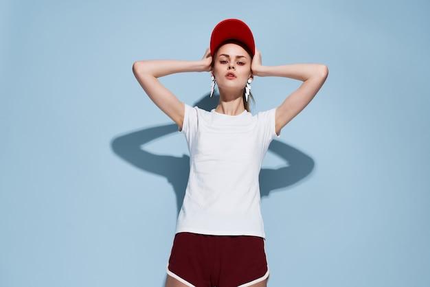 Donna in abiti estivi berretto rosso moda glamour stile moderno. foto di alta qualità