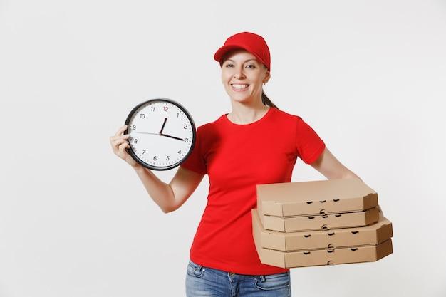 Donna in berretto rosso, t-shirt che dà scatole per pizza ordine cibo isolati su sfondo bianco. rivenditore di corriere pizzaiolo femminile che tiene orologio rotondo, pizza italiana in flatbox di cartone. concetto di servizio di consegna.