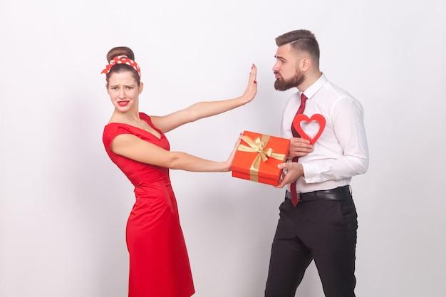La donna in abito rosso non ha bisogno di regali e amore