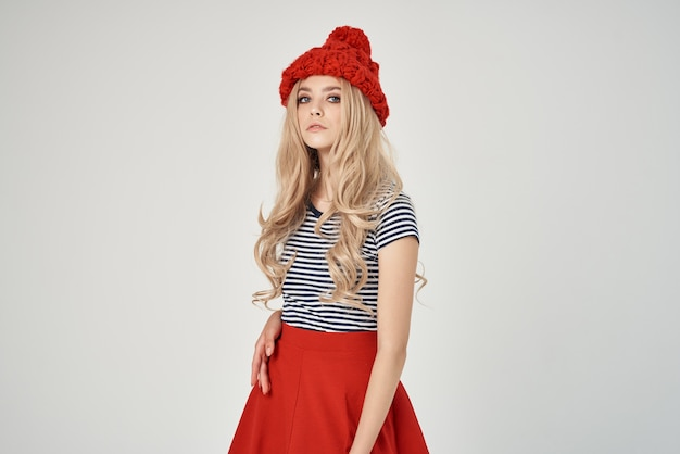 Donna in red hat moto abbigliamento studio lifestyle moderno