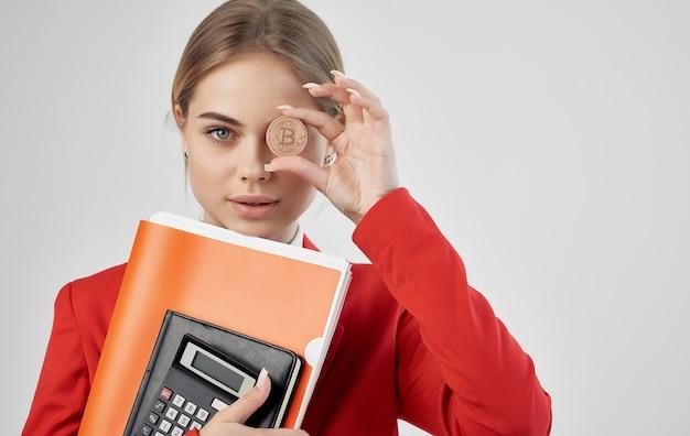 Donna in giacca rossa ora hai l'e-commerce bitcoin di criptovaluta