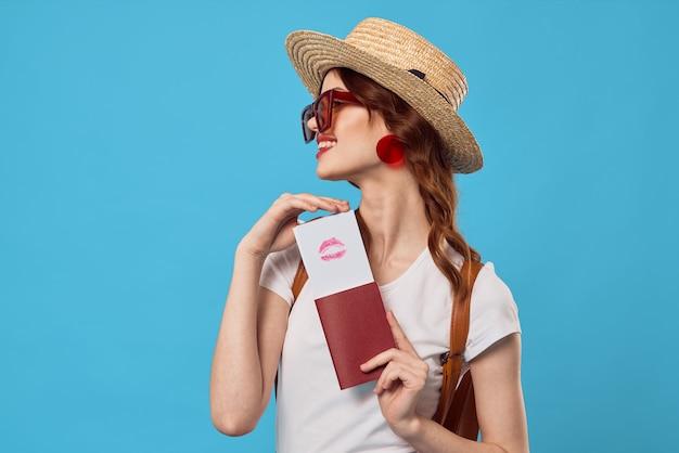 Donna in gonna rossa passaporto e biglietti aerei viaggio vacanza volo