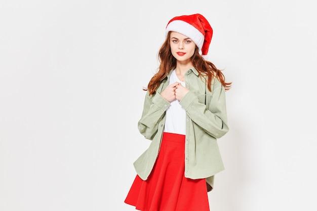 Donna in una gonna rossa e una camicia con un berretto festivo in testa