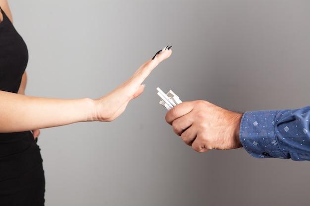 La donna si rifiuta di accettare una sigaretta
