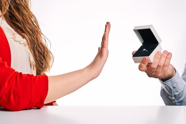 Donna che rifiuta un anello di fidanzamento. concetto di rottura, rifiuto e proposta di matrimonio.