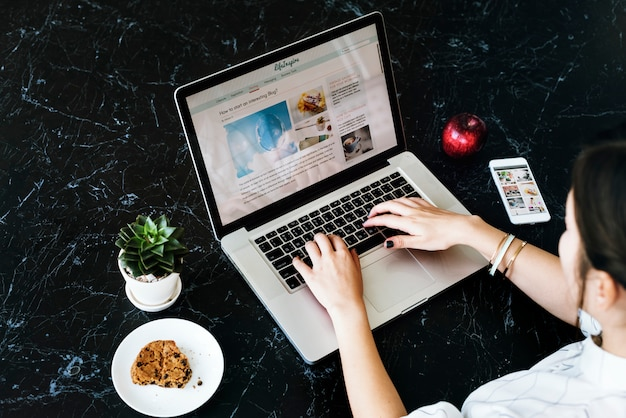 La donna si rilassa il concetto di collegamento del sito web Foto Premium
