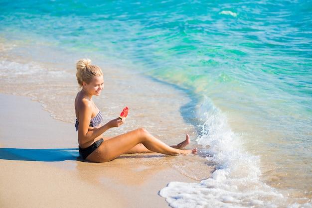 Donna che si distende sulla spiaggia