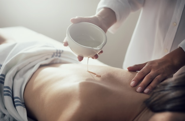 Donna che si distende durante un massaggio in un centro termale. concetto di bellezza e salute
