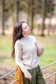 Donna che si distende nella foresta su weekeend