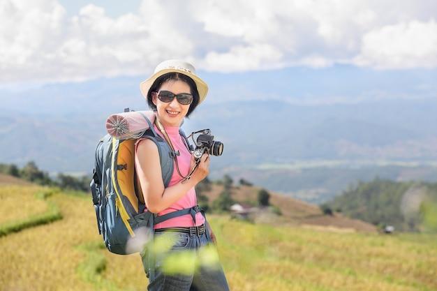 Donna che si rilassa in viaggio sulle montagne e si diverte in tempo