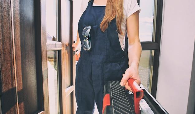La donna riparatrice vestita in uniforme da lavoro