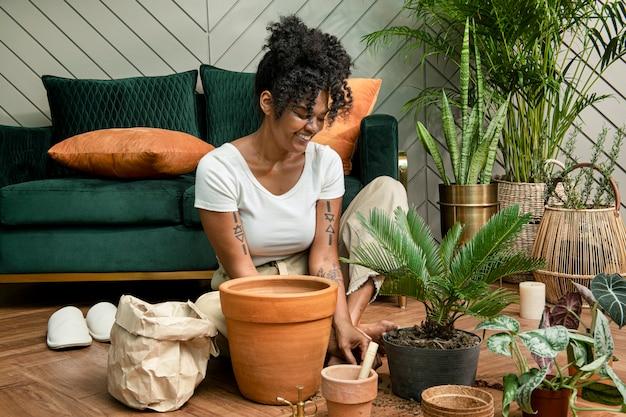Donna che rinvasa le piante nella nuova normalità