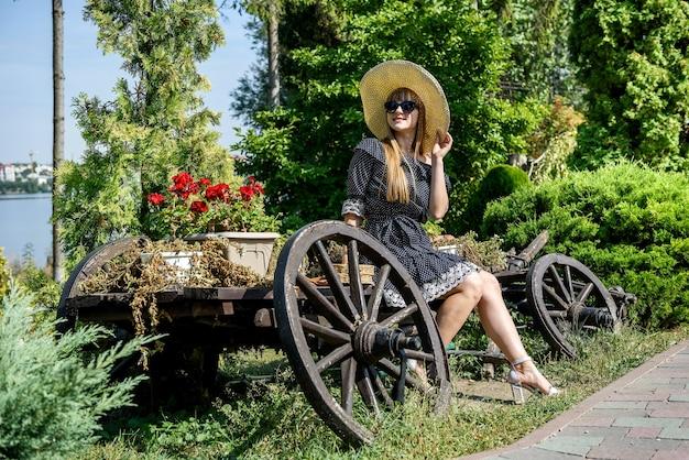 La donna riposa e goditi il tempo in estate, la natura