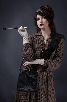 Donna in stile retrò degli anni 1920