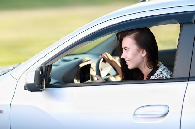 La donna guida in macchina ad alta velocità