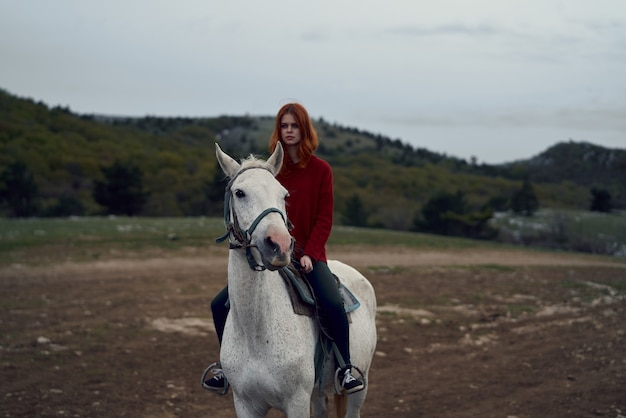 Donna a cavallo nel viaggio di paesaggio di campo