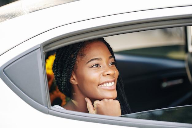 Donna che guida in taxi