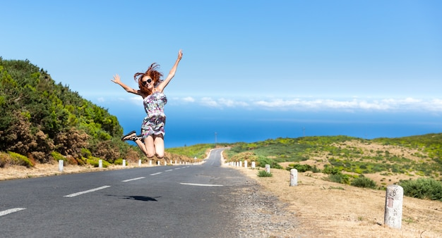 Donna sulla strada in montagna