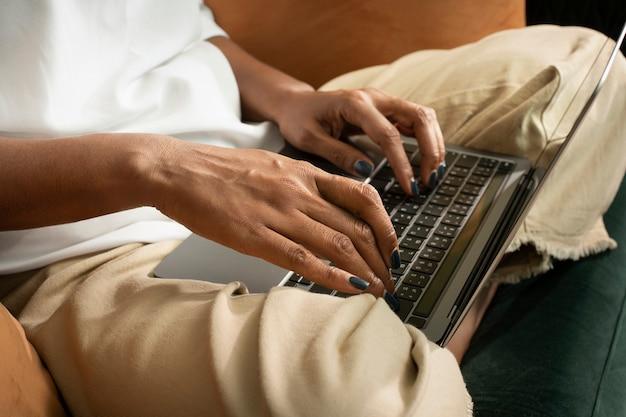 Le mani della donna che digitano sul laptop wfh nella nuova normalità