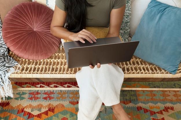 Le mani della donna che usano il laptop wfh nella nuova normalità