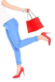 Donna che corre con la borsa della spesa