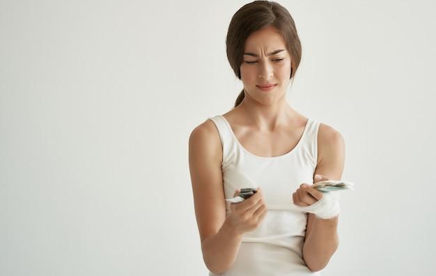 Medicina di problema di salute della ferita alla testa fasciata della donna