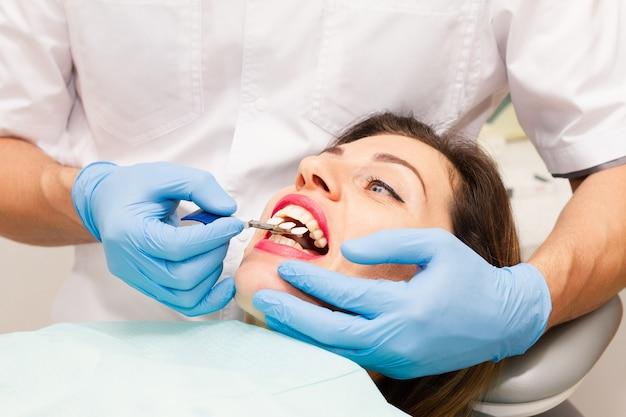 Volto di donna con la bocca aperta a un appuntamento dal medico.