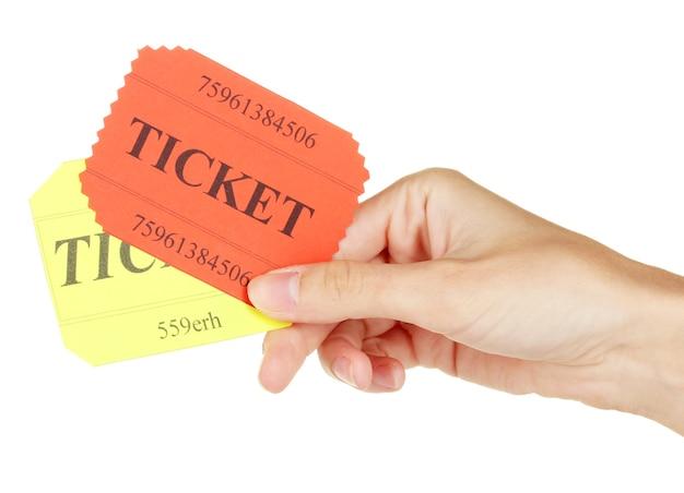 Mano della donna che tiene un biglietti colorati su bianco