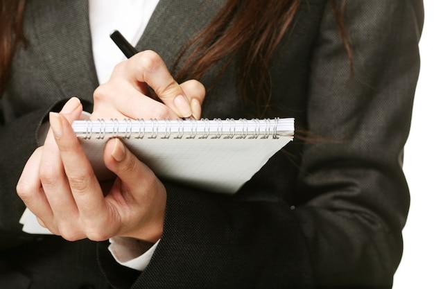 Mano, penna e documento della donna
