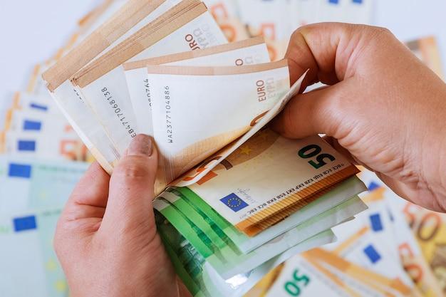 Le mani della donna stanno contando le banconote in euro