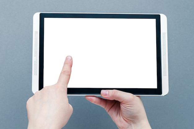 Mani della donna che tengono tablet pc con schermo vuoto