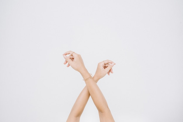 Mani di donna con anello e bracciale