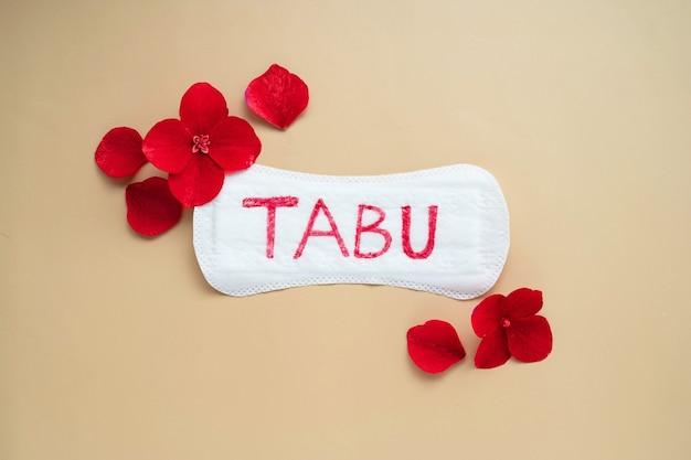 Assorbenti igienici da donna con scritta tabu. concetto sociale astratto della paura di parlare del periodo mestruale