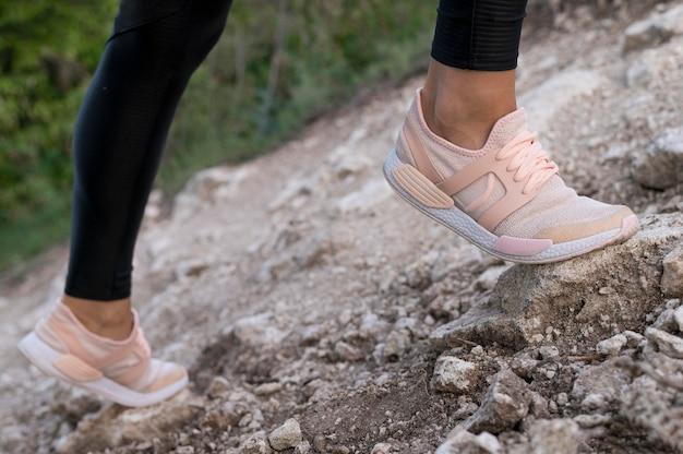 Vista delle scarpe della donna durante l'arrampicata