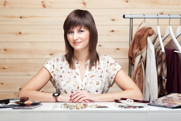 Stilista di donna con attributi del suo lavoro
