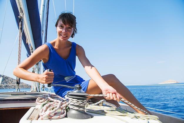 Donna sulla barca a vela
