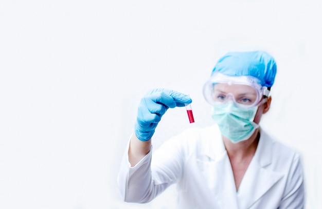 Scienziato della donna che tiene la provetta del campione di sangue con il virus covid-19